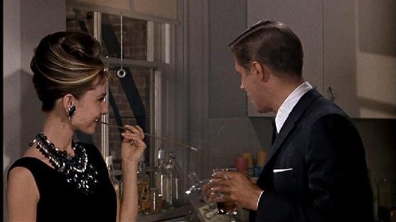 Se repararmos bem, no começo do filme a maioria das roupas de Holly eram  pretas. O que faz todo sentido. Pense só  ela é uma aspirante a socialite e  ... 3cbaa0cd4a